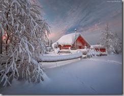 (tapeciarnia.pl)tapeta-domki-w-zimowym-krajobrazie-o-zmierzchu